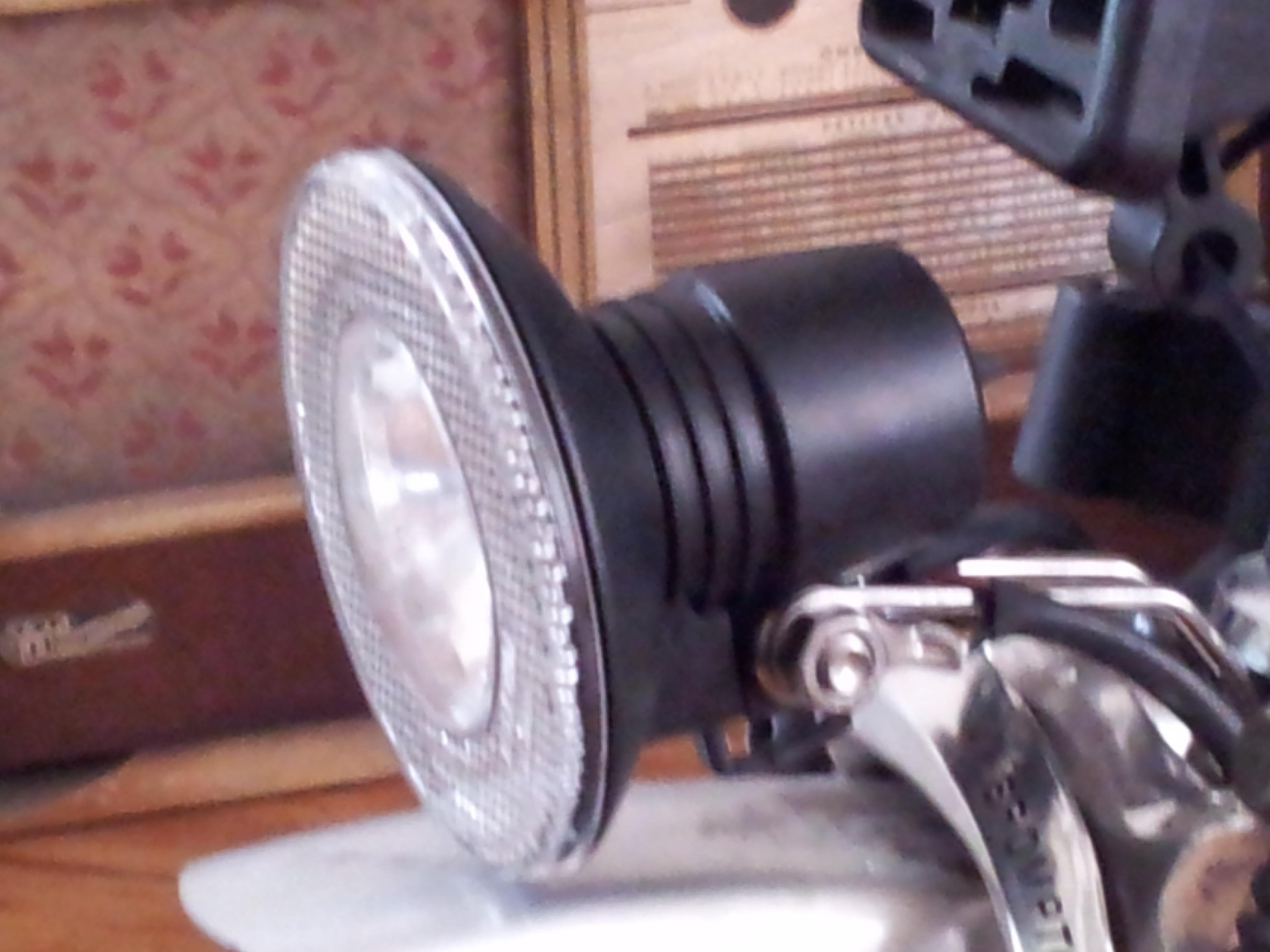 Problème de lumière sur la dynamo moyeux Shimano: Analyse et solution  Lampe-halog-ne-36ccd50