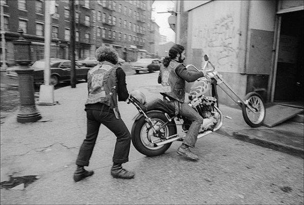 Vieilles photos (pour ceux qui aiment les anciennes photos de bikers ou autre......) - Page 3 3394102765_549c60d20d_o-38107c7